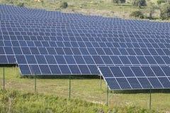 Campo dos painéis solares Imagem de Stock Royalty Free
