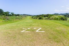Campo dos planos da pista de decolagem da grama do aeródromo imagem de stock royalty free