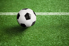 Campo e bola de futebol Fotos de Stock Royalty Free