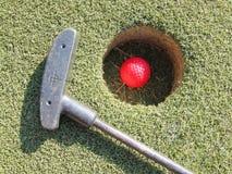 Campo e bola do golfe da grama verde de clube de golfe no furo Fotos de Stock Royalty Free