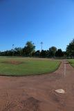 Campo e cielo blu di baseball immagine stock libera da diritti