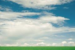 Campo e cielo nuvoloso Fotografia Stock