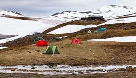 Campo e cottage artici della tenda della montagna Fotografie Stock