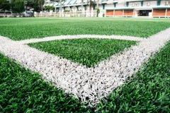 Campo e hierba de la yarda del fútbol en el estadio al aire libre del deporte, v de la esquina foto de archivo