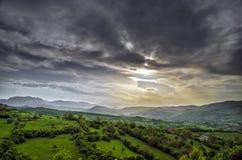 Campo e montagne verdi fotografie stock