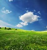 Campo e nuvens Imagens de Stock