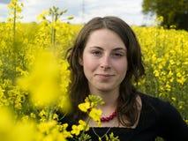 Campo e ragazza gialli della violenza Fotografie Stock