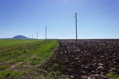 campo ed acro raccolti accanto ai pali di telegrafo su un autum soleggiato Fotografia Stock