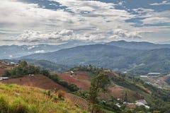 Campo en las montañas Fotos de archivo libres de regalías