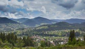 Campo en las montañas de Karpaty Vista del pueblo imágenes de archivo libres de regalías