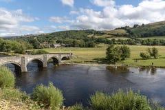 Campo escénico en el río Dee, País de Gales Reino Unido Foto de archivo