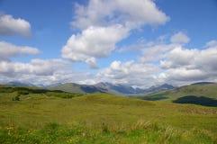 Campo escocés con las montañas Imagen de archivo libre de regalías