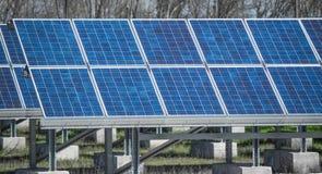 Campo fotovoltaico Fotos de archivo libres de regalías