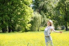 Campo fresco del verano del aire de la mañana de los brazos extendidos Imagen de archivo