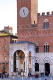 Campo fyrkant med offentlig byggnad, Siena, Italien Arkivfoto