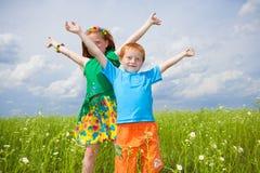 Campo golden-haired del playin de dos niños fotografía de archivo libre de regalías