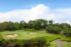 Campo grande del golf para entrenar y el cielo azul Imágenes de archivo libres de regalías