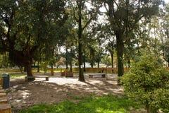 Campo Grande Park, Lissabon, Portugal: de speelplaats voor huisdierenhonden Stock Fotografie