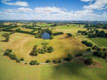 Campo hermoso en paisaje brillante de la antena del día de verano Fotografía de archivo