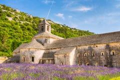 Campo hermoso y un monasterio antiguo Abbey Abbaye Notre Dame De Senanque de la lavanda del paisaje Fotos de archivo libres de regalías