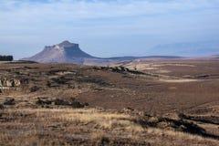 Campo hivernal seco con el afloramiento montañoso en fondo Fotos de archivo