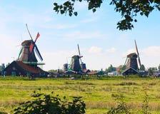 Campo holandés con el molino de viento fotografía de archivo