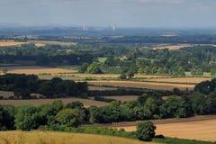 Campo inglés con la central eléctrica en la distancia Foto de archivo