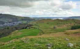 Campo inglés: valle, lago, colinas, aldea Imagen de archivo libre de regalías