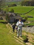 Campo inglês: caminhada da família subida Foto de Stock