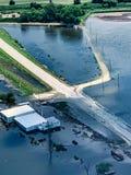 Campo inundado com as estradas submersas ao longo do Rio Missouri imagem de stock royalty free