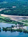 Campo inundado com as estradas submersas ao longo do Rio Missouri fotografia de stock
