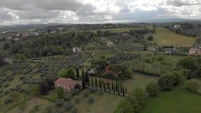 Campo italiano antedicho con el valle, bosques y olivos y prados verdes almacen de metraje de vídeo