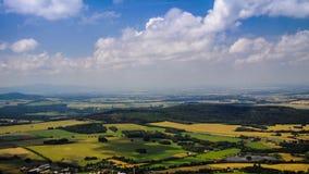 Campo largo da paisagem de Timelapse contra o céu com as nuvens no verão filme