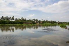 Campo a lo largo del riverMaenam Tha Chin, Nakhon Pathom, Tailandia de Tha Chin Imagen de archivo libre de regalías