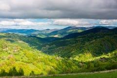 Campo maravilhoso nas montanhas no por do sol fotografia de stock royalty free