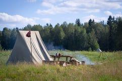 Campo medievale con il posto del fuoco di accampamento Fotografia Stock