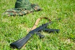 Campo militare Casco e pistola immagini stock