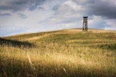 Campo montañoso con el deerstand Imagen de archivo libre de regalías