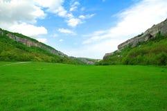 Campo, montagne e cielo blu verdi Immagini Stock Libere da Diritti