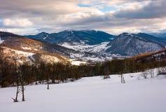 Campo montanhoso bonito na tarde fotografia de stock royalty free