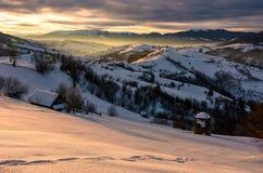 Campo montanhoso bonito no nascer do sol imagem de stock royalty free