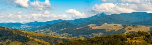 Campo montanhoso bonito no outono fotos de stock