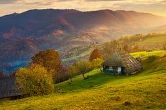 Campo montanhoso lindo no nascer do sol imagens de stock royalty free