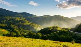 Campo montanhoso na noite imagem de stock royalty free