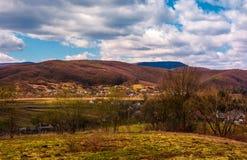Campo montanhoso na primavera fotografia de stock
