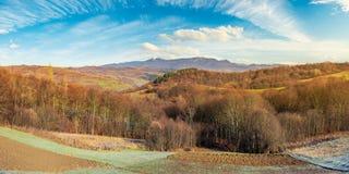 Campo montanhoso no outono atrasado imagem de stock