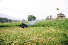Campo nas montanhas Vista do potenciômetro no fogo férias Fotografia de Stock