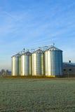 Campo nella raccolta con il silo fotografia stock