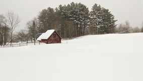 Campo nevado Pristine e celeiro vermelho imagens de stock royalty free
