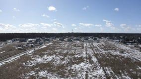 Campo nevoso vuoto di inverno con gli edifici residenziali sulle periferie video d archivio